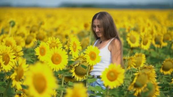 dívka v slunečnicových květech