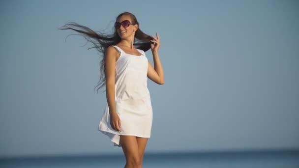 lány napszemüveg a háttérben a tenger