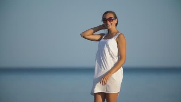dívka v brýlích na pozadí moře
