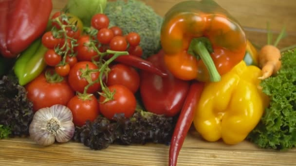 A fából készült asztal különböző zöldségek