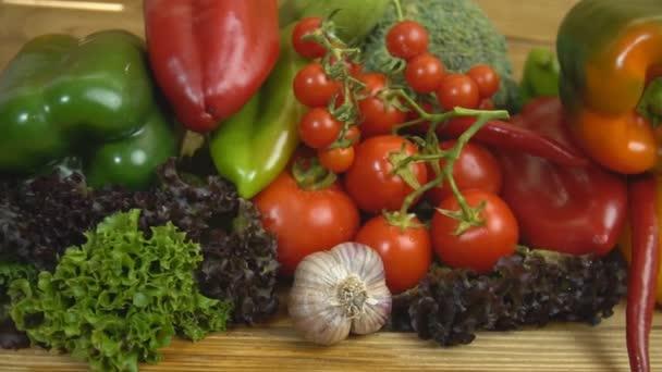 Různé zeleniny na dřevěný stůl
