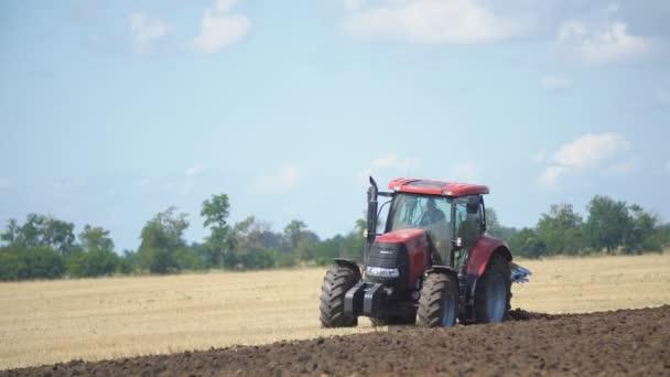 vörös traktormező szántása