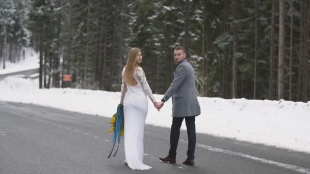 mladý pár kráčející po cestě v lese