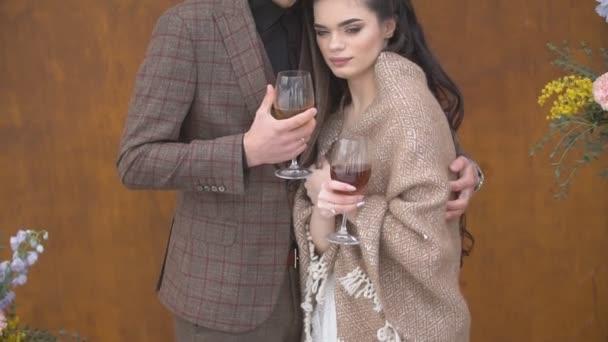 junges Paar trinkt Wein