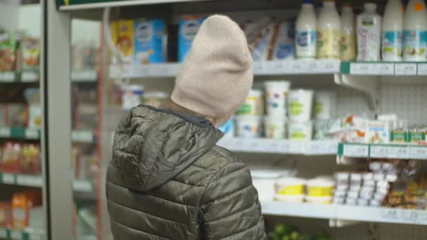 žena v ochranné masce v supermarketu
