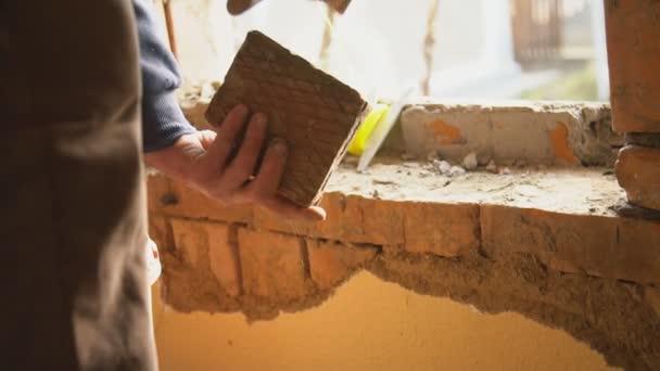 pracovník dokončující budovu
