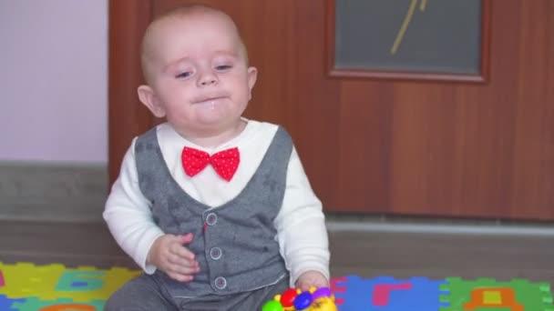malý chlapec si hraje na koberec