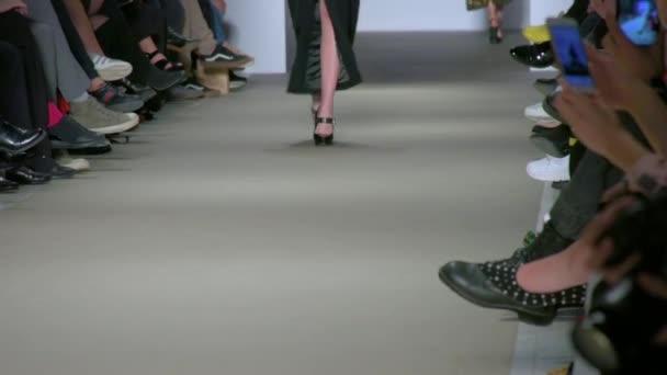 how to walk like a model video