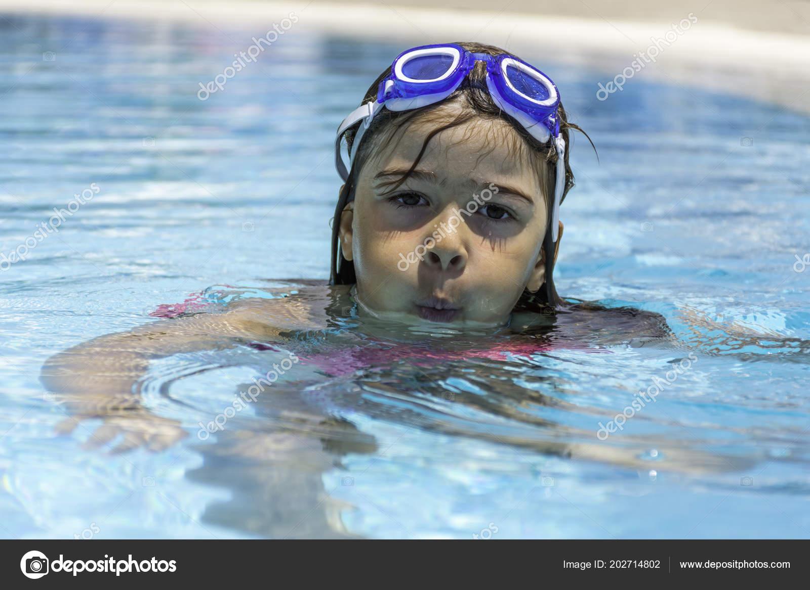 139024dfd1687 Kleine Mädchen Tragen Schwimmen Brille Schwimmbad — Stockfoto ...