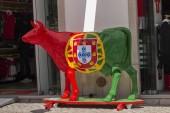 Tavira, Portugália: 5. május, 2018 - zár-megjelöl-ból egy tehén, a portugál zászló, Tavira város utcáin festett szobra