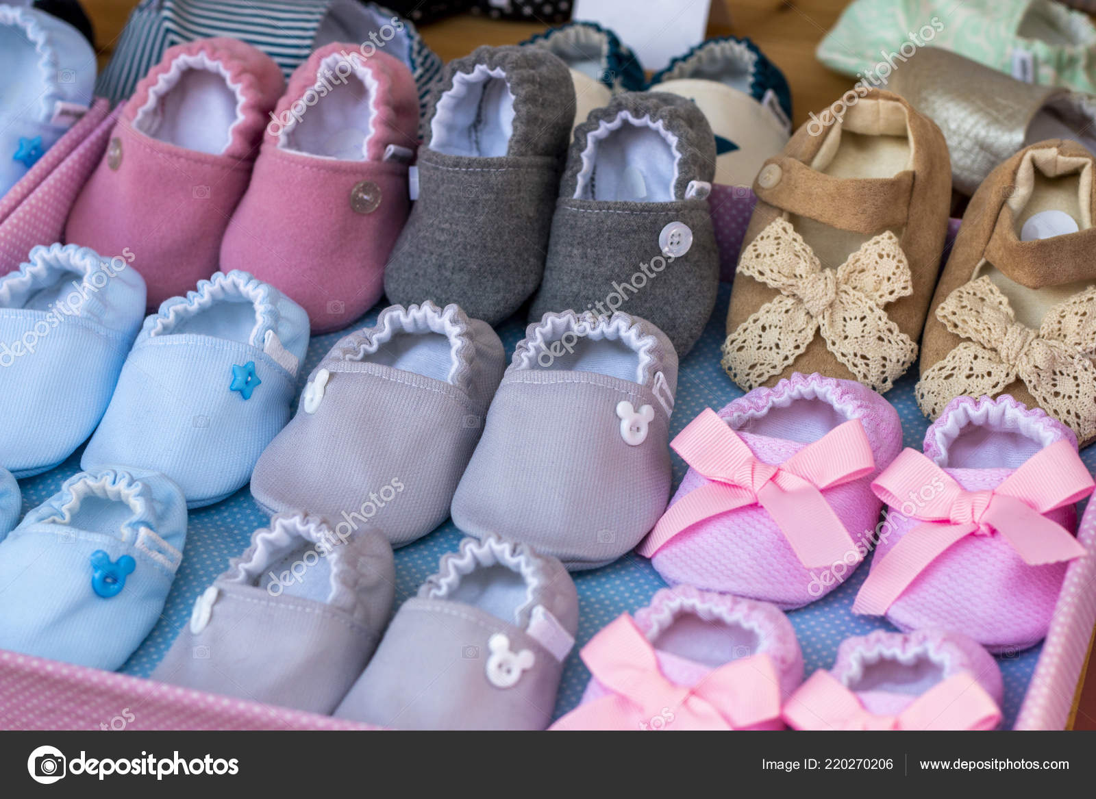 eebfb931a5 Cerrar vista de varios zapatos de bebé, para niña y niño.– imagen de stock