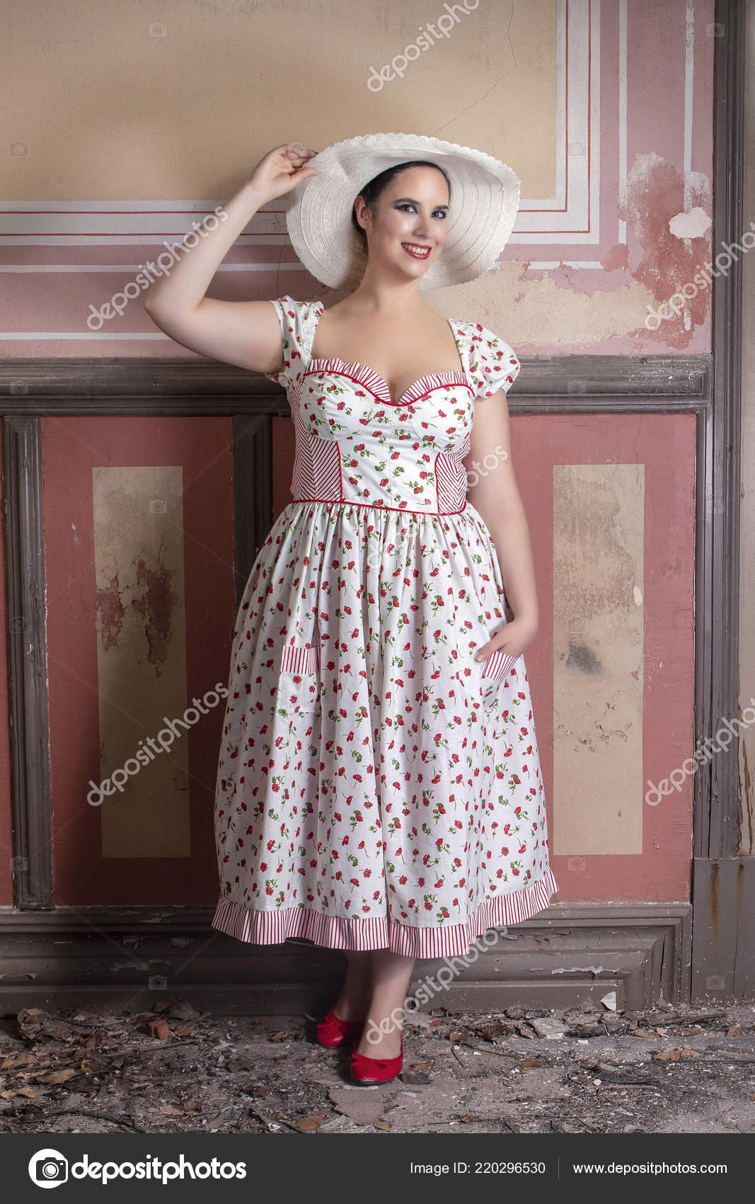5d274059f7065 Beyaz elbise ve kırmızı çiçekler ve şapka ile bir kırsal genç bayan kadın  görünümünü üzerinde terk edilmiş bir Saray eski duvar resimleri ile —  membio - ...