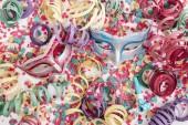 Fotografie Karneval venezianische Masken mit Konfetti und schlangenförmigen Luftschlangen.