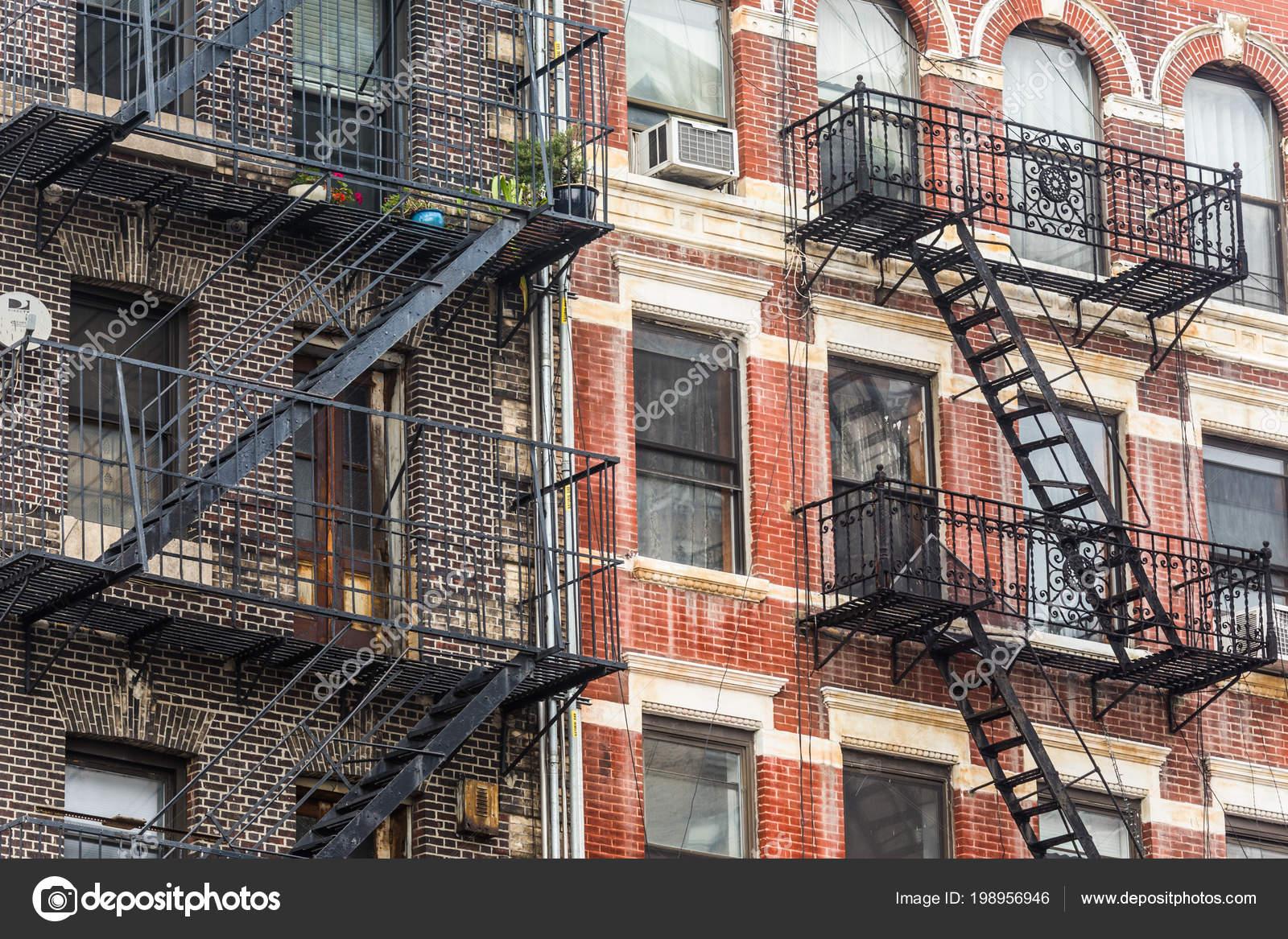 un escalier de secours d 39 un immeuble d 39 appartements new york city photographie kasto. Black Bedroom Furniture Sets. Home Design Ideas