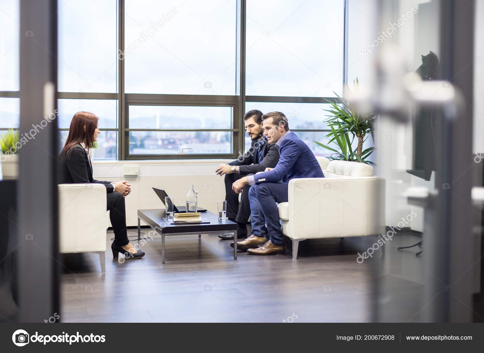 Ufficio Elegante Jobs : Uomini affari intervistando candidato femminile lavoro ufficio