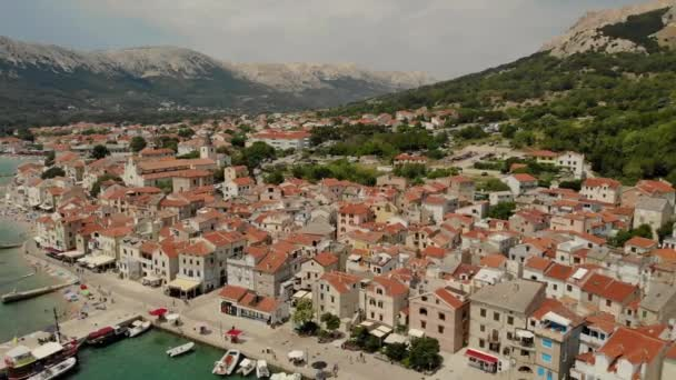 Panoramatický letecký pohled na města Baška, oblíbené turistické destinace na ostrově Krk Chorvatsko Evropa