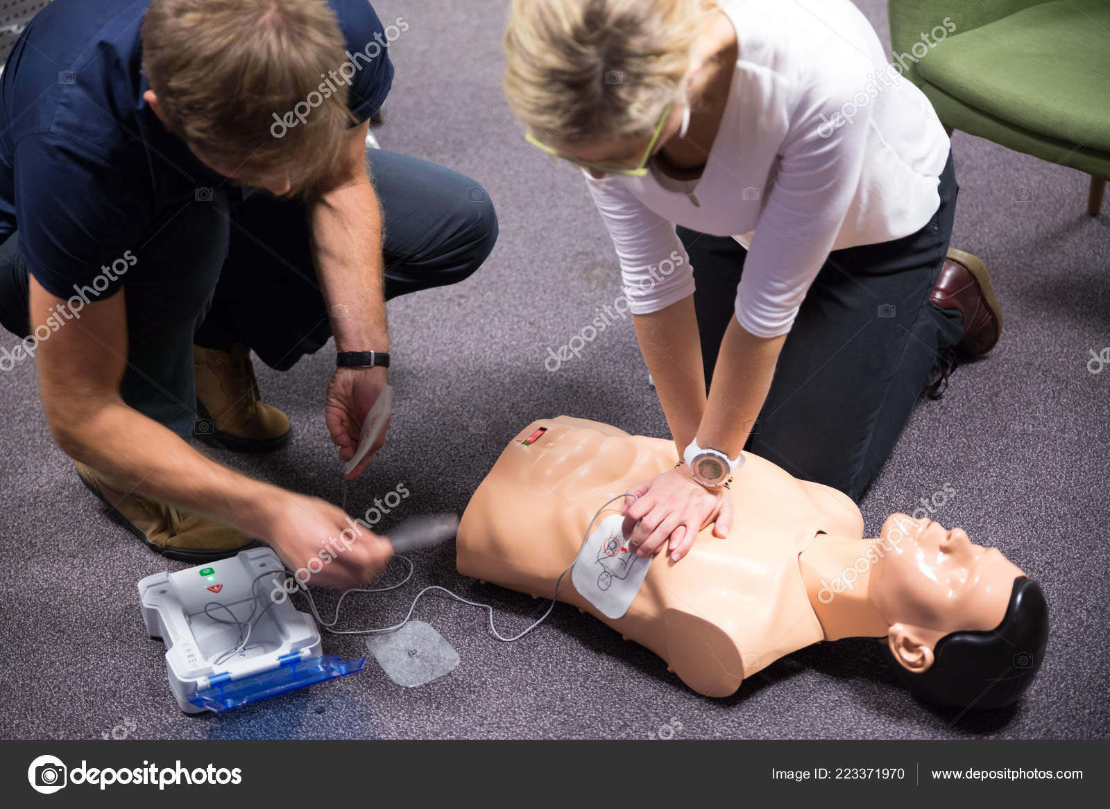 First Aid Training  Defibrillator CPR Practice — Stock Photo
