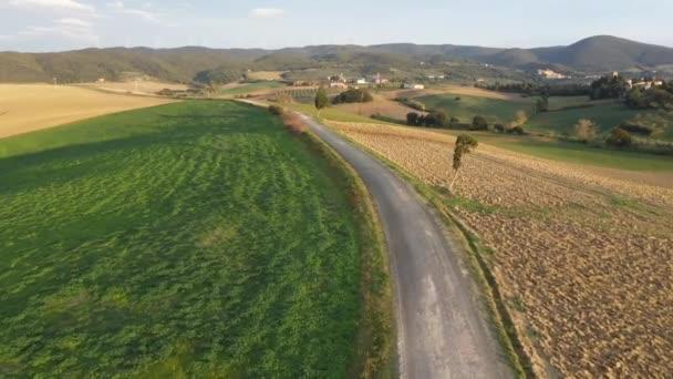 drone view művelt földterület in Chianti régió, Toszkána, Olaszország