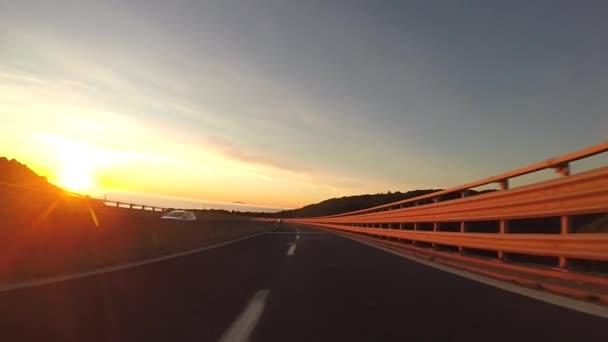 Jízda při západu slunce na dálnici v Toskánsko, Itálie