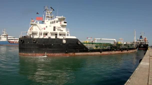 Vegyi hajó kikötése a kikötőben