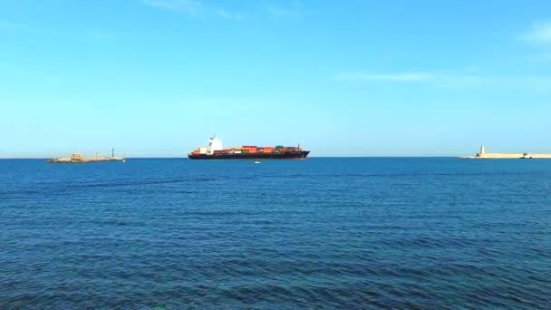 Nákladní kontejnerová loď vstupující do přístavu