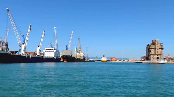 Teherhajó kirakodása a kikötőben