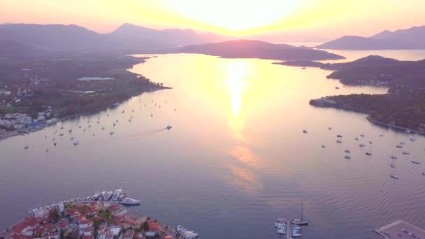 Západ slunce na ostrově Poros, Řecko. Foto letecké DRONY