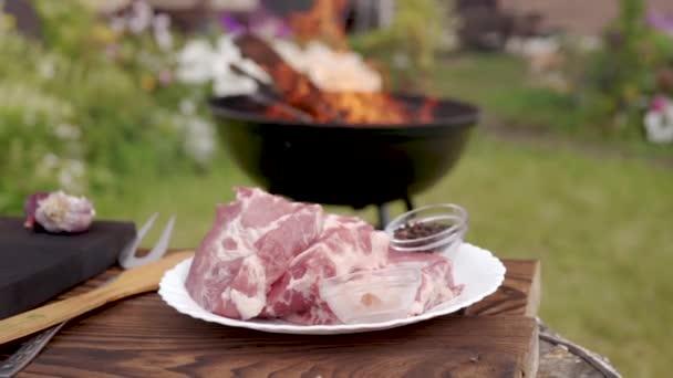 syrové maso na bílé plotně pro bbq gril gril gril na dřevěné uhlí dvorku je planoucí na pozadí