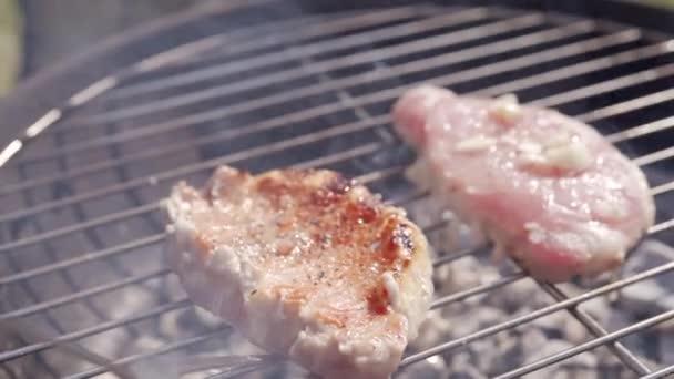 Vaření chutné maso steaky na gril bbq