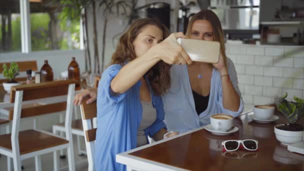 kafé dating videor Hur man skriver en rolig online dating profil