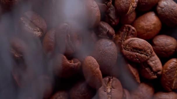 kávová zrna jsou pečená, kouř pochází z kávových zrn