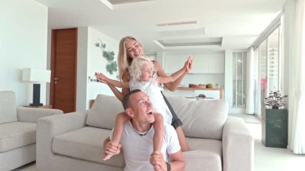 Rodina se baví v obývacím pokoji
