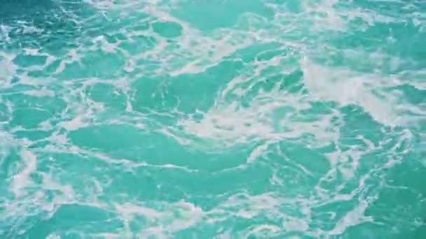 Proudy vody z lodi