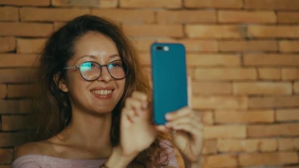 šťastná žena má úspěch na mobilním telefonu. radostná žena nahrávání na obrazovce.