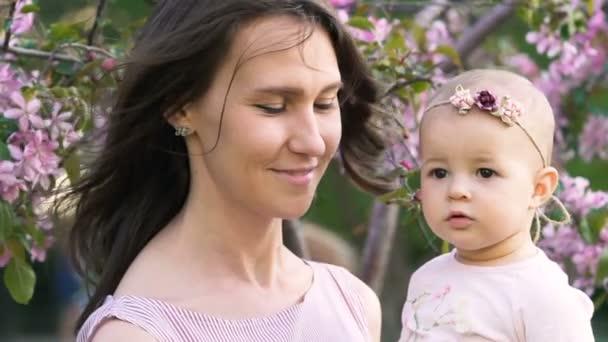 Krása, šťastný pár máma a dítě bavit slowmotion closeup