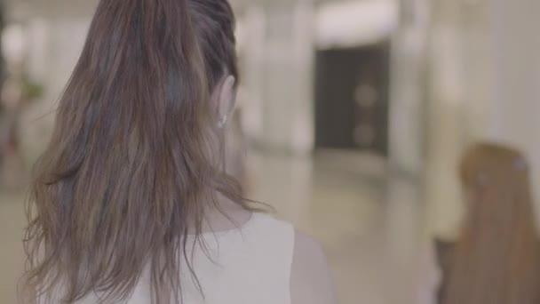 Tmavě hnědé vlasy žena bude zpět zobrazení