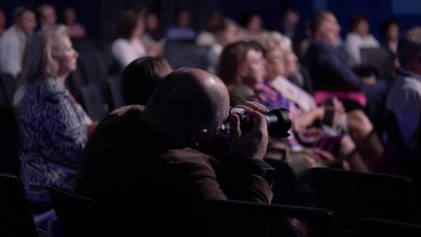 Kameramann macht ein Foto auf der Pressekonferenz