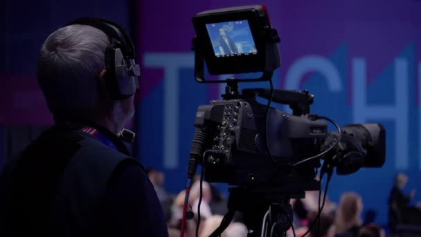Video Mann hinter der Kamera zur Pressekonferenz