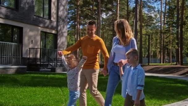 Rodina s dětmi, procházky v parku poblíž domácí pomalé mo