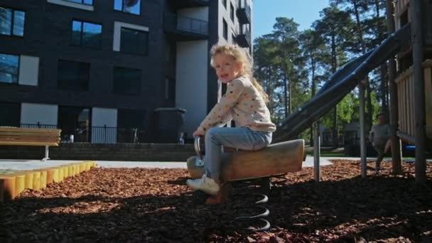 Roztomilá dívka a chlapec hraje v parku u domova