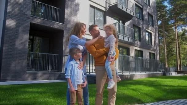 Matka a otec objímá děti s nový domov