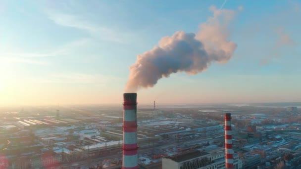 Znečištění prostředí anténní pohledu. Globální klimatické oteplování scénu s těžký odpad ve vzduchu přicházející z kouření potrubí. Nešikovnosti rostlina s nebezpečí mlhy. Obchodní proces a škody na přírodě