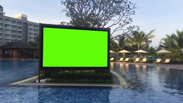 Moderní zelená obrazovka vedla televizi na nábřeží v prázdném letním letovisku