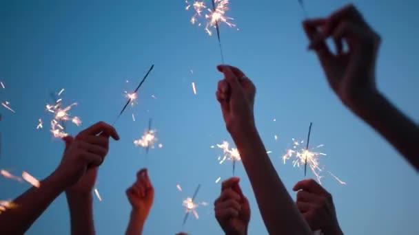 Koncept Celebration Nenáročné přátelství Dospělí Fun and Joy in Hands Hold Sparklers