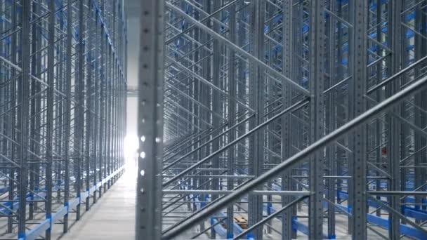 Beltéri nagy modern ipari szerkezetek Raktár épület fém polcokkal