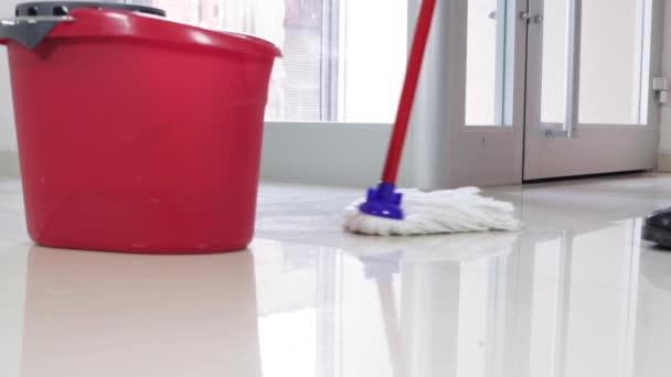 Reiniger mit Besen Boden kehren und wischen