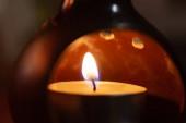 Alacsony fényerejű fénykép gyertyáról aromás lámpában. Közelkép