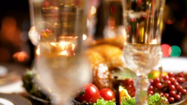4k Closeup Aufnahmen von Kamera mit Schwerpunkt auf Luftblasen in Sektgläser auf Weihnachtstisch