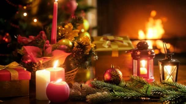 Krásné zázemí pro zimní oslavy hořící krb, zdobené vánoční strom a tradiční ozdoby