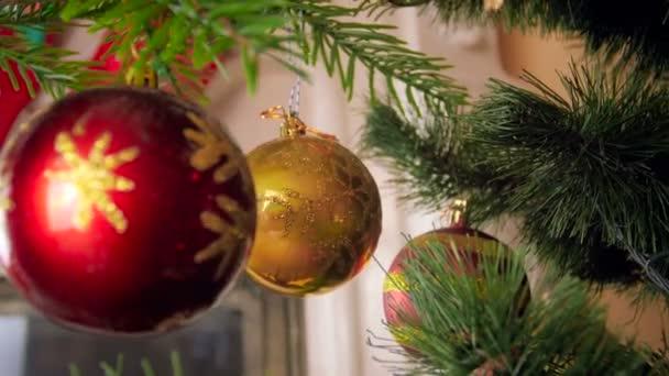 4k-Video von Kamra, die sich zwischen Zweigen des Weihnachtsbaums im Wohnzimmer bewegt